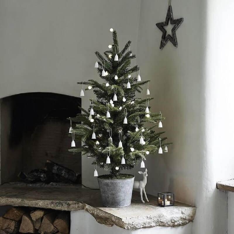 Decoração simples para árvore de Natal pequena com enfeites prata Foto StyleLovely