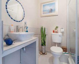 decoração simples para banheiro pequeno com espelho redondo