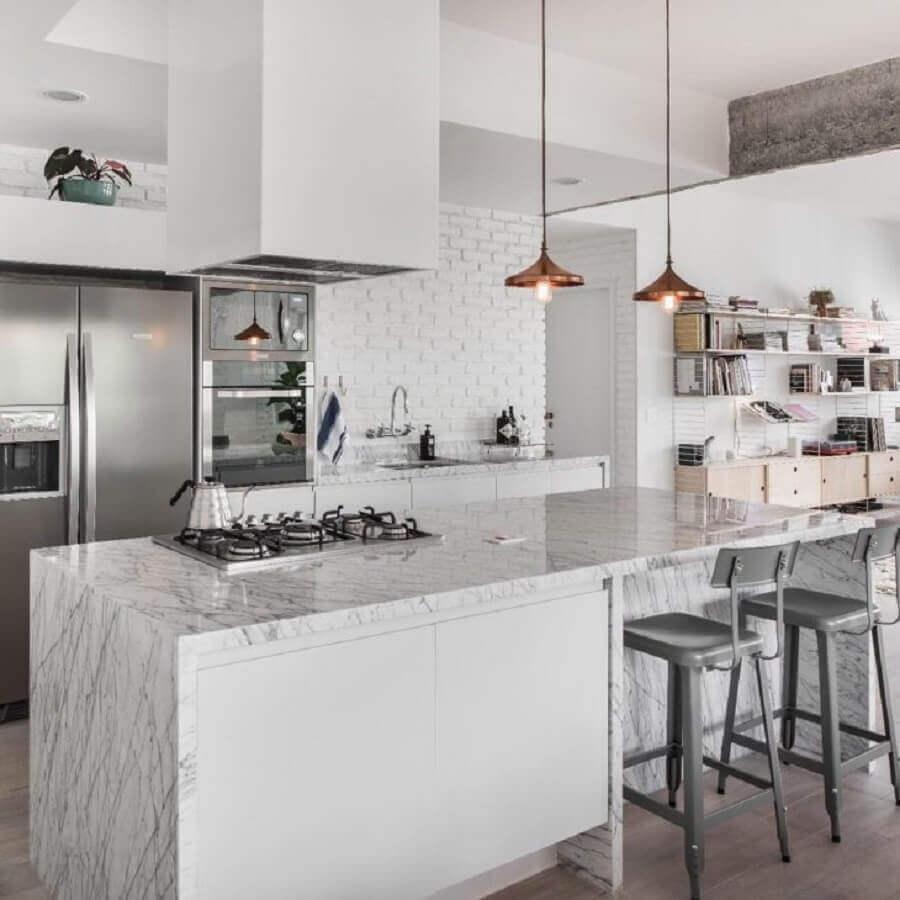 decoração sofisticada para cozinha planejada toda branca com bancada com cooktop Foto PM Arquitetura