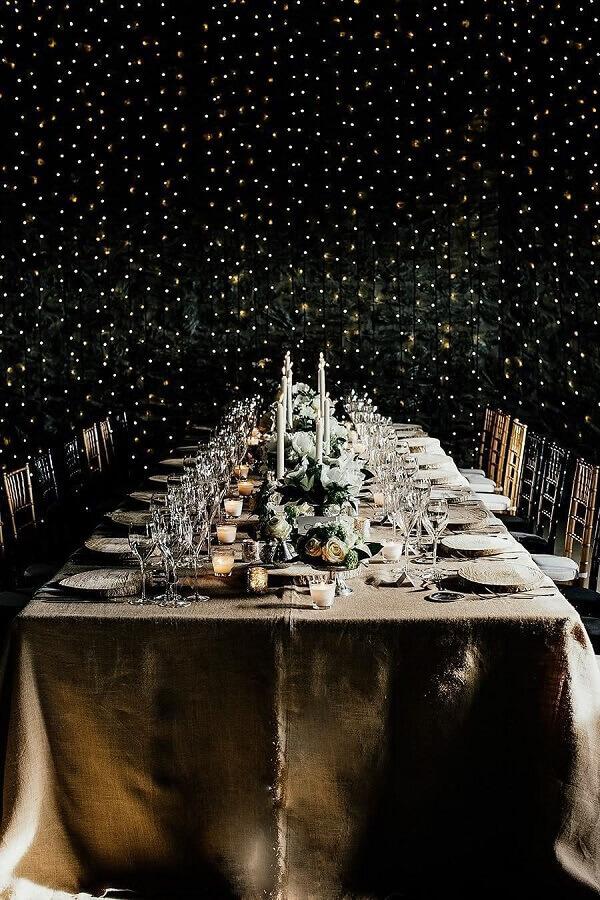 decoração sofisticada para festa de réveillon com cortina de luzinhas Foto StyleCaster