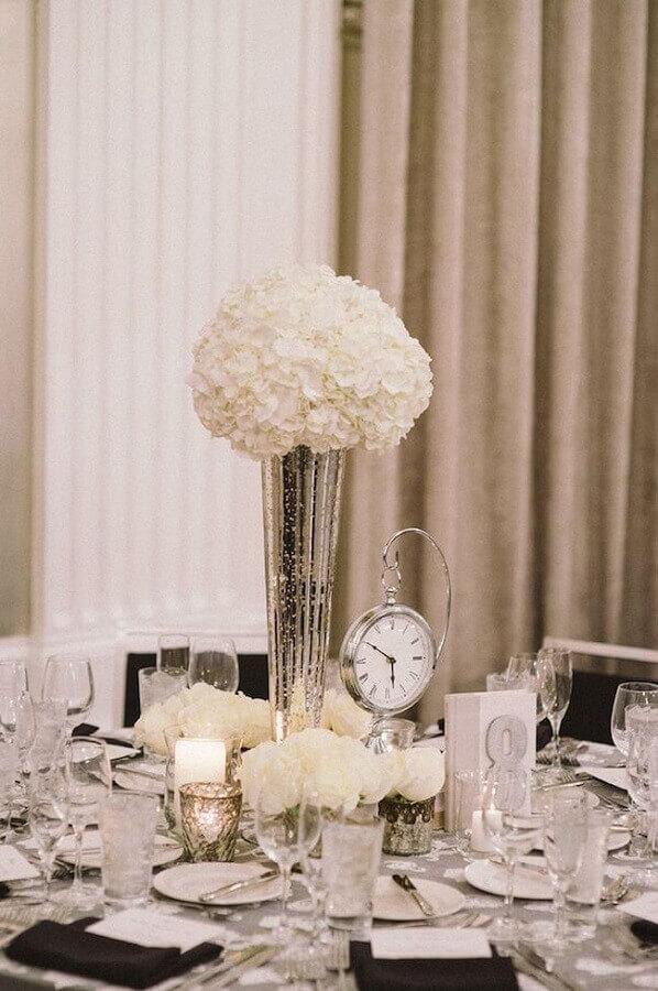 decoração sofisticada para mesa réveillon com arranjo de flores brancas Foto HappyWedd