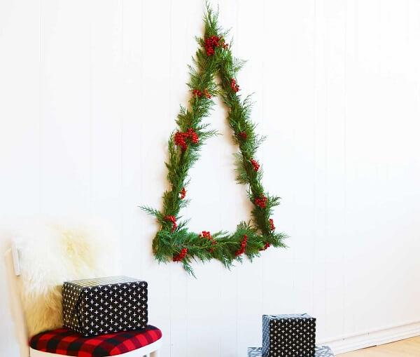 Árvore de Natal na parede feita com folhas naturais