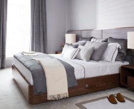 decoraçao para quarto de casal com cama de madeira