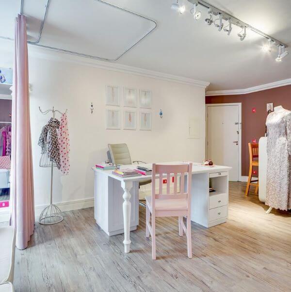 Decoração de escritório com mesa de madeira branca