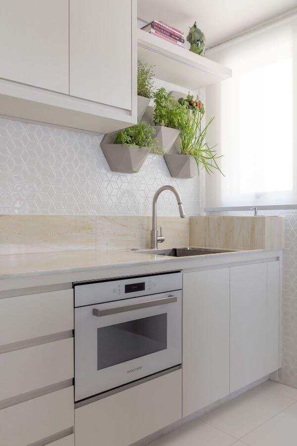 Decoração de cozinha com suporte para plantas