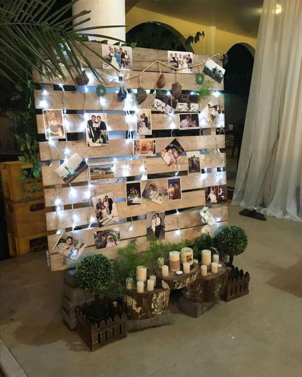 Decoração de casamento simples com painel de fotos iluminado