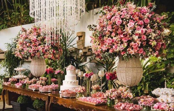 Decoração romântica com flores para casamento rosa