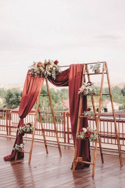 Decoração de festa simples com espaço para fotos