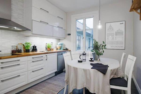 Decoração de cozinha escandinava com plantas na decoração