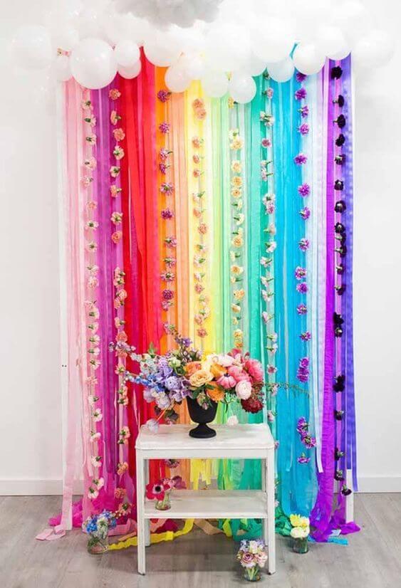 Decoração de festa com cortina de papel crepom colorido com flores lindas