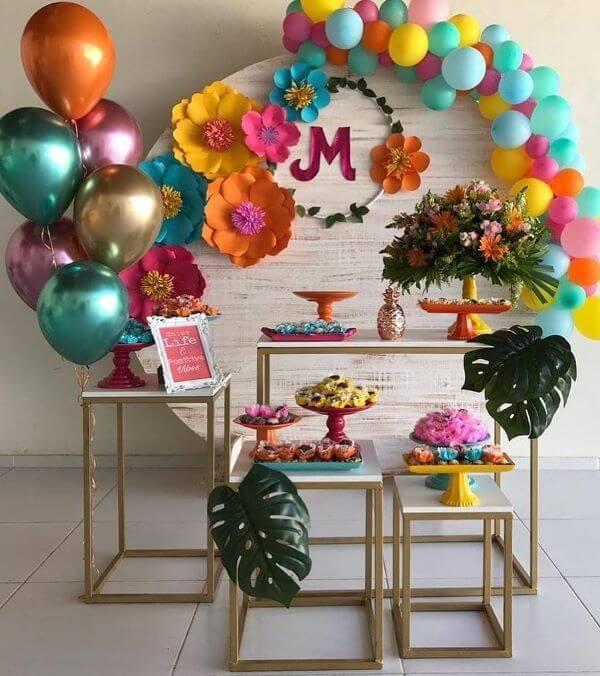 Decoração de festa de 18 anos colorida