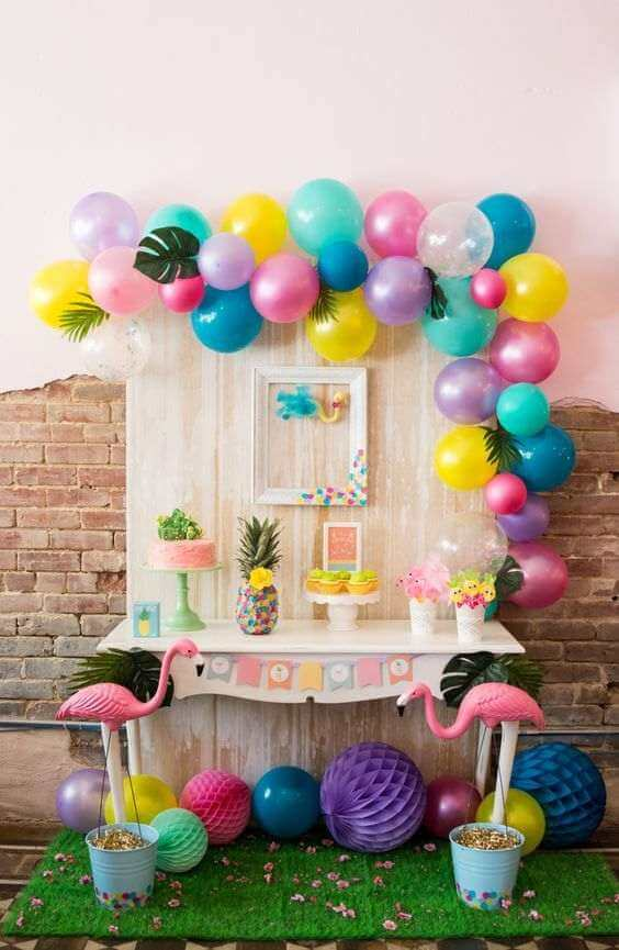 Decoração de festa de aniversário colorida com tema flamingos