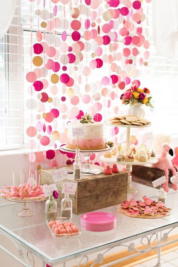 Decoração de festa simples com cortina de papel
