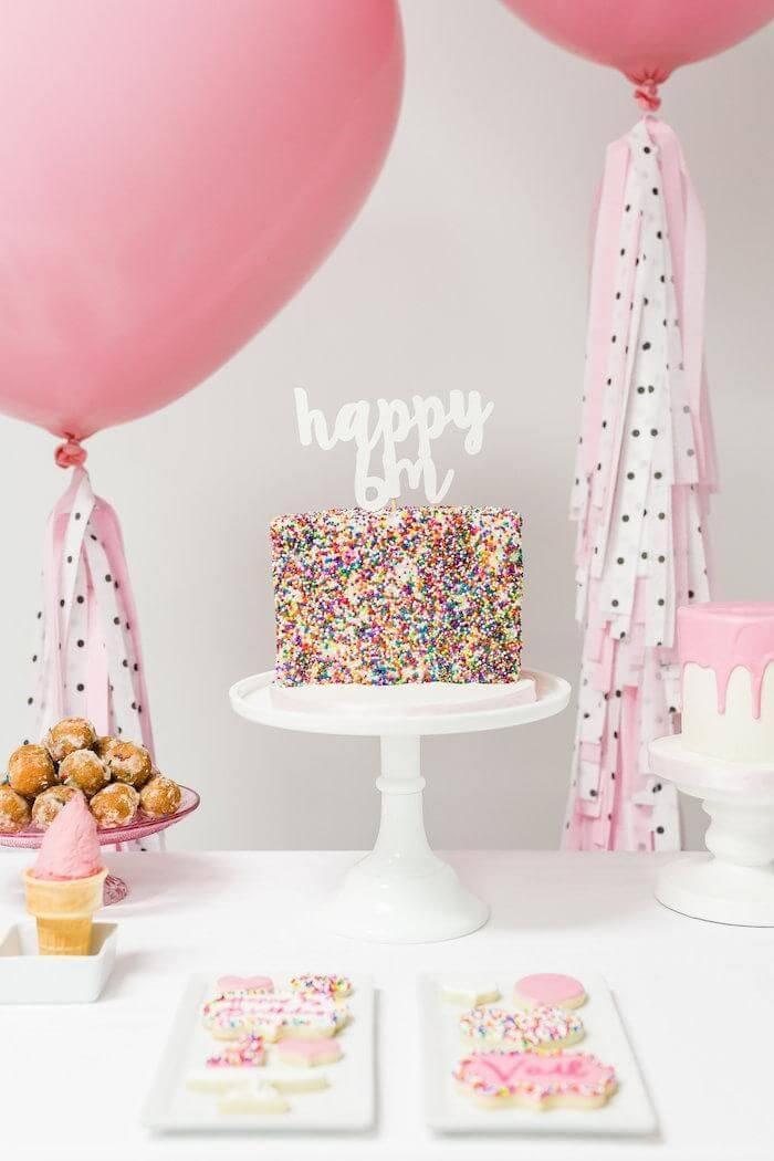 Decoração de festa de aniversário simples e colorida
