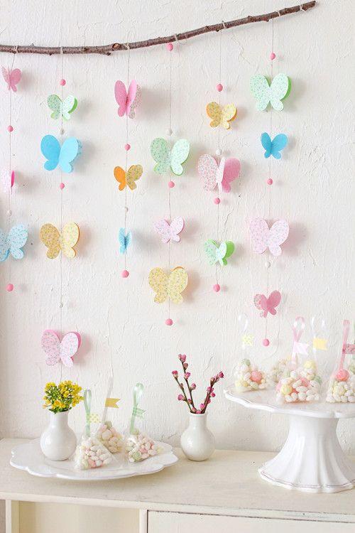 Borboletas de papel na decoração de aniversário simples