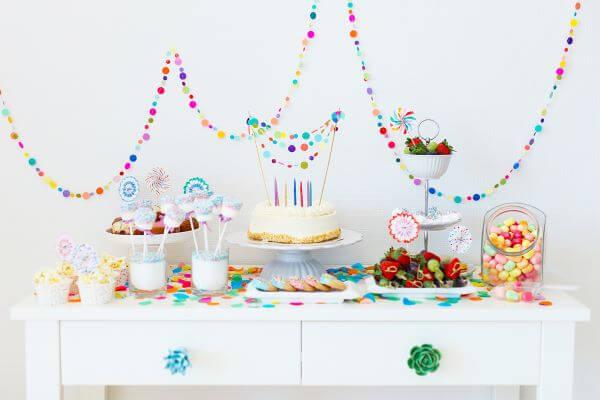 decoração de festa simples colorida