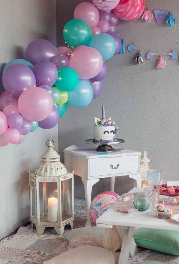 Decoração de festa simples de aniversário com tema unicórnios