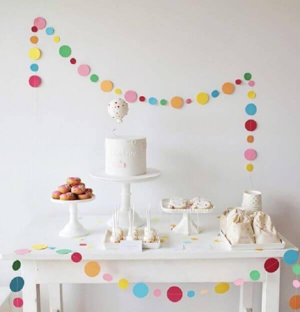 Decoração de festa simples com detalhes coloridos de papel