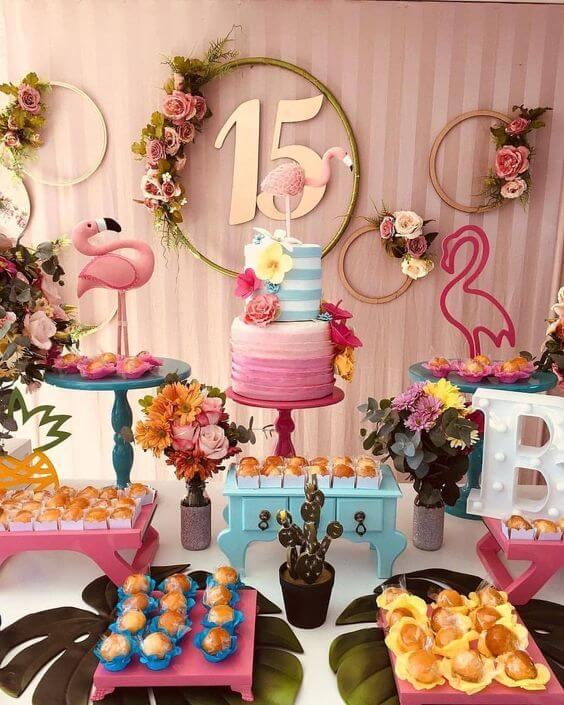 Decoração de festa de quinze anos simples com tema tropical