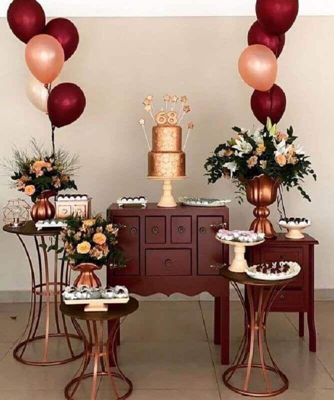Decoração de festa simples nos tons de marsala e rosé