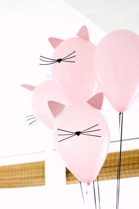 Decoração de festa simples com balões personalizados de gatinhos