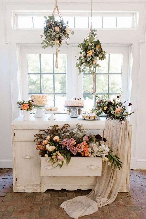 Decoração de festa simples com flores na gaveta