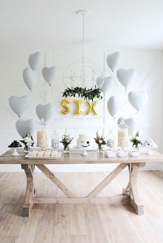 Decoração de festa simples com mesa de madeira