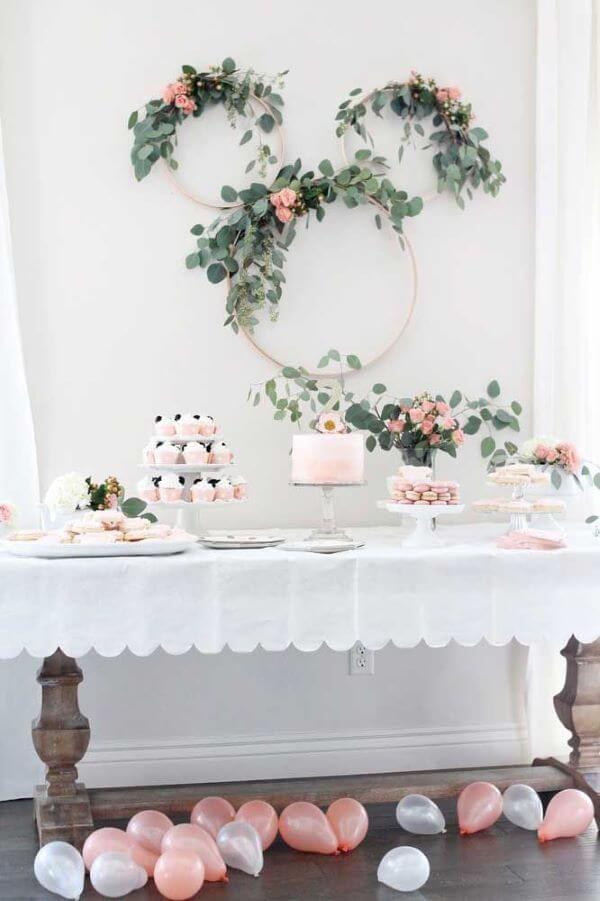 Decoração de festa simples com planta e flores no arco