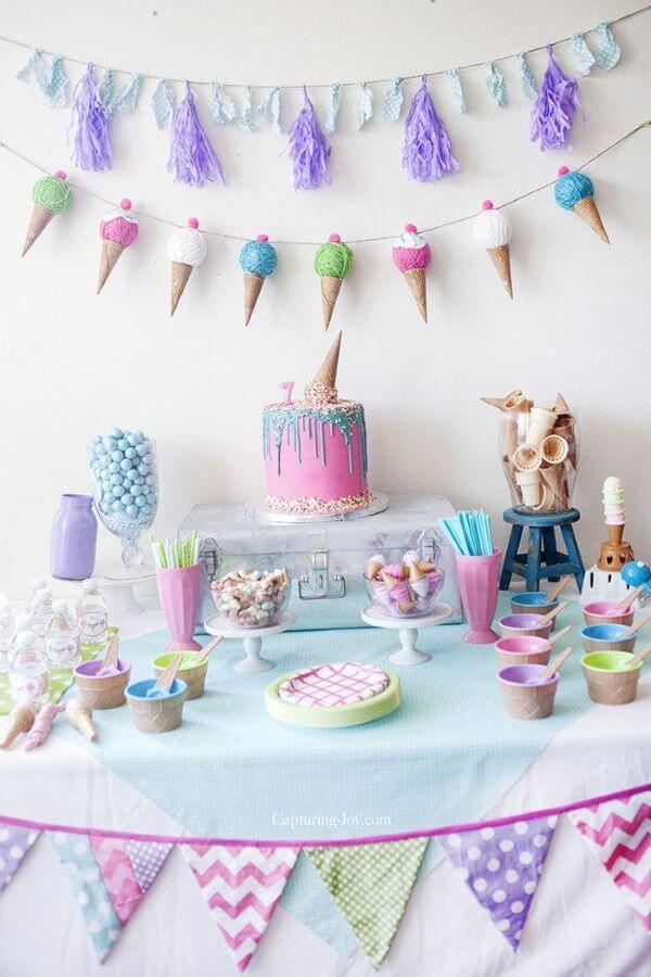 Decoração de festa simples em tons de rosa, roxo e azul