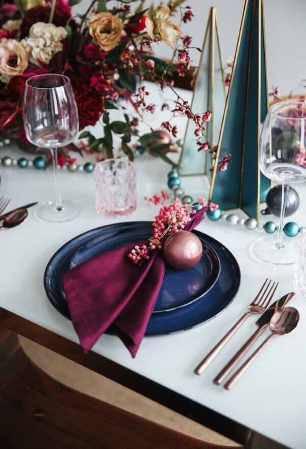 Decoração de mesa de natal com azul e marsala