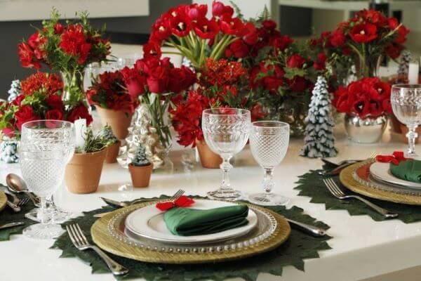 Decoração de mesa de natal com flores vermelhas