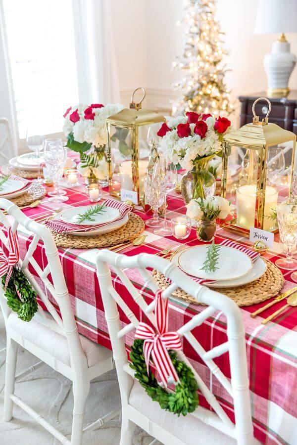 Decoração de mesa de natal com toalha xadrez