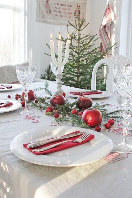Mesa decorada com frutas vermelhas