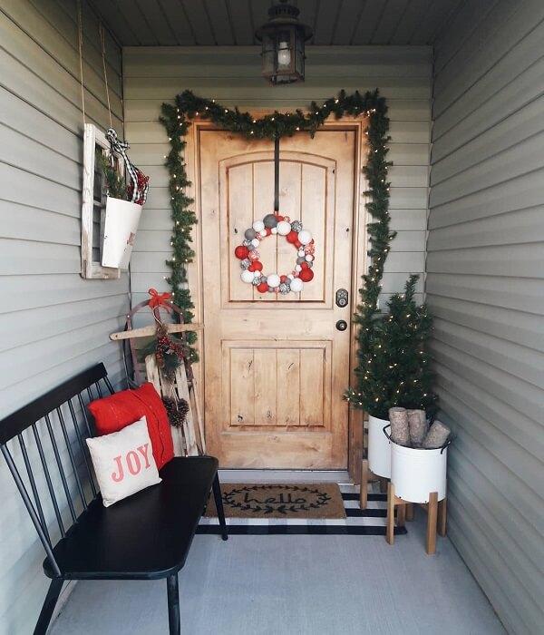 Enfeite de natal para porta com ramos e guirlanda de bolas