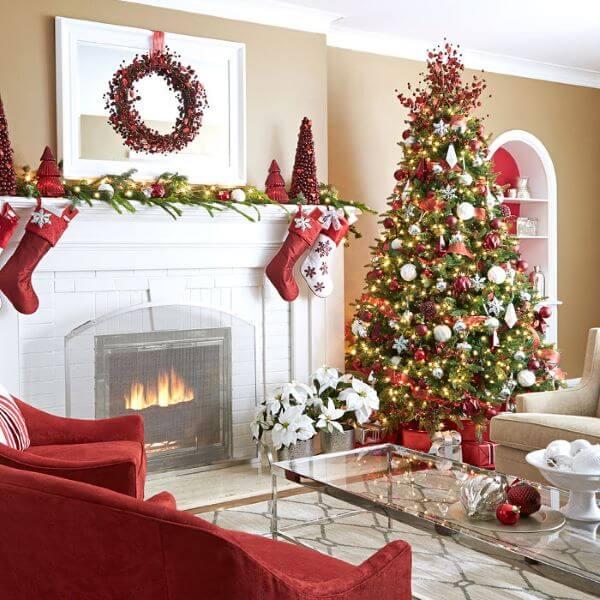 Decoração de natal com botas de papai noel decorando o ambiente