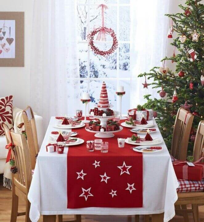 Mesa de natal vermelha combinando com a árvore de natal