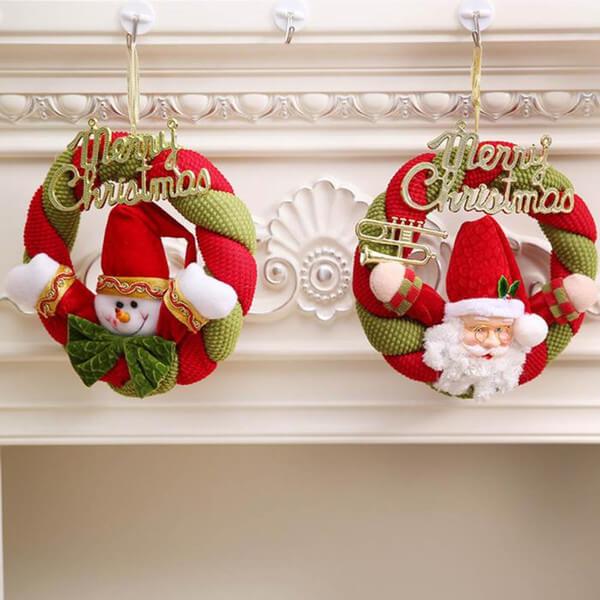 Decoração de natal com papai noel na lareira