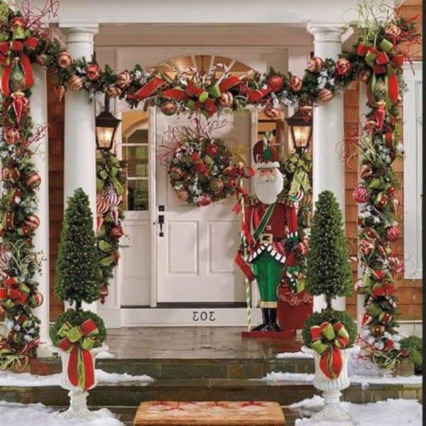 Decoração de porta de papai noel na entrada de casa
