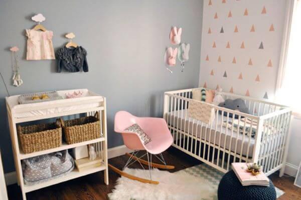 Decoração de quarto de bebê rosa e cinza com cadeira rosa para quarto