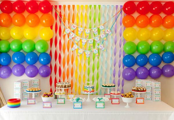 Decoração de festa com cortina de papel crepom colorida