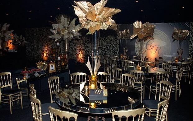 Decoração para festa de 18 anos com tema preto e dourado