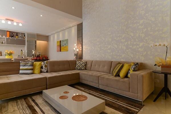 Sala de estar com sofá suede de canto acomoda várias pessoas