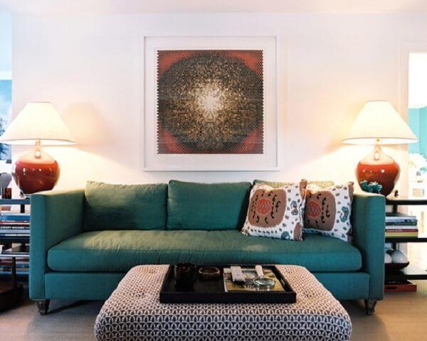 Sala de estar com sofá suede e almofadas estampadas