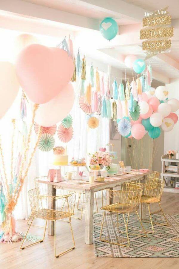 decoração de festa simples em casa com balões e flores de papel