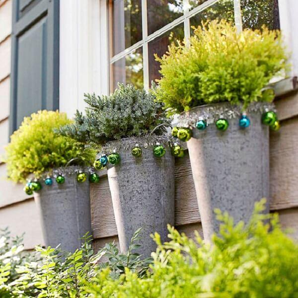 Enfeites para jardim encantam a fachada da janela