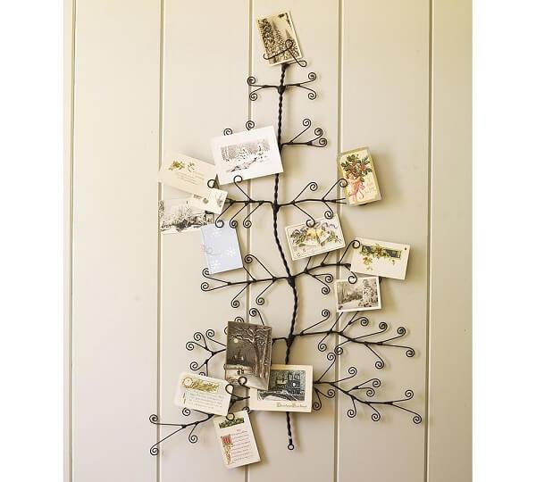 Árvore de Natal na parede feita com arame e cartões de natalinos
