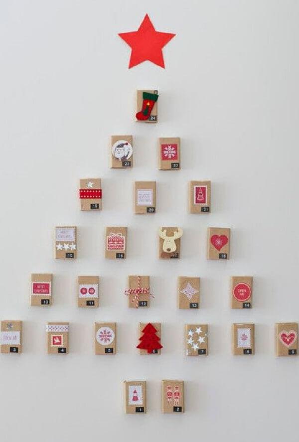 Árvore de Natal na parede feita com caixinhas de papelão