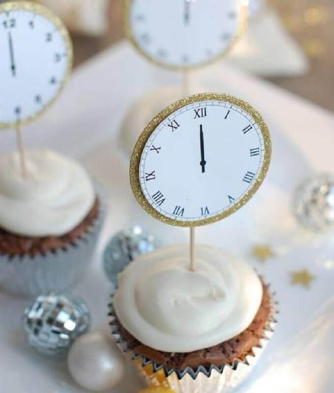 doces decorados com plaquinhas de relógio de papel para festa de ano novo Foto SistaCafe