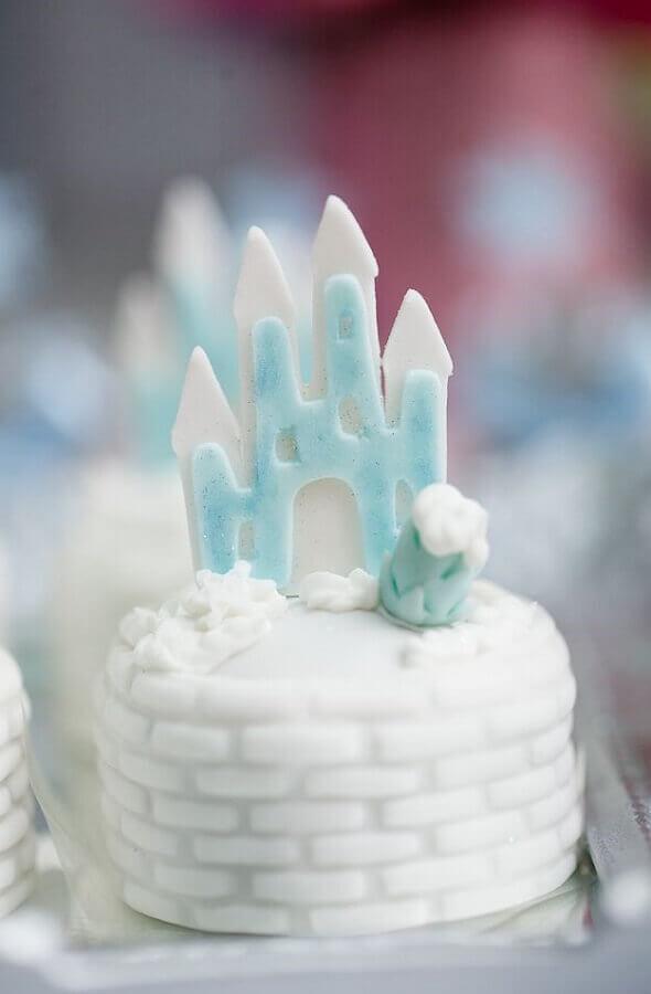 docinho decorado com castelo para festa da frozen Foto Assetproject