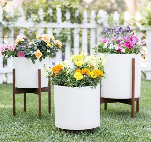 Os vasos em tamanhos distintos podem formar lindos enfeites para jardim